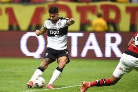 Jorge Recalde del Olimpia ejecutando un disparo. Cuotas jornada 7 del Clausura de Paraguay.