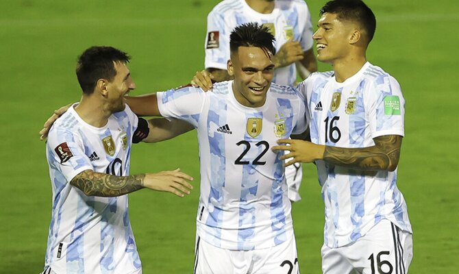 Lautaro Martínez celebra un gol con sus compañeros. Apuestas, Brasil vs Argentina.
