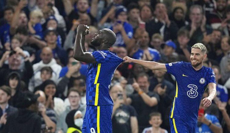 Romelu Lukaku levanta los puños hacia el cielo. Apuestas, Chelsea vs Manchester City, Premier League
