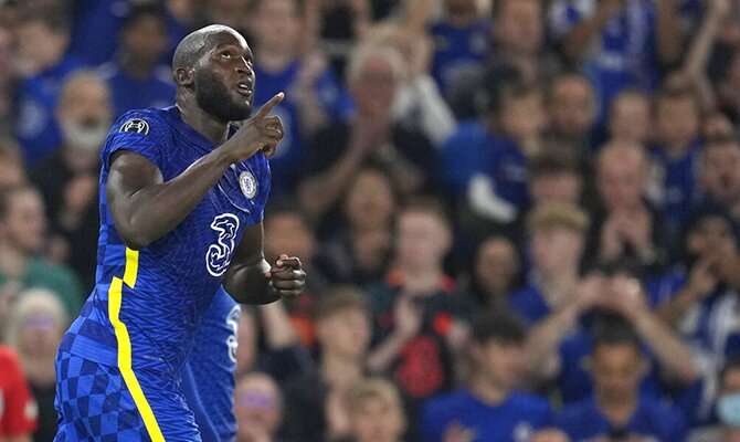 Romelu Lukaku señala al cielo con su dedo tras anotar gol. Apuestas, Juventus vs Chelsea.