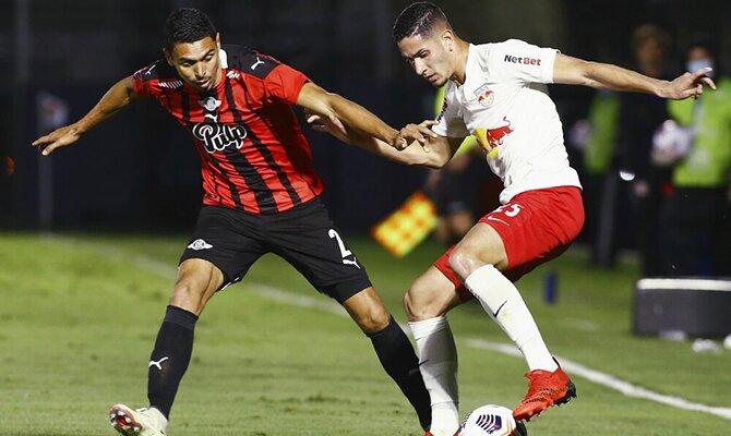 Daniel Bocanegra y Bruno Conceicao pelean por un balón. Apuestas, Libertad vs Bragantino.