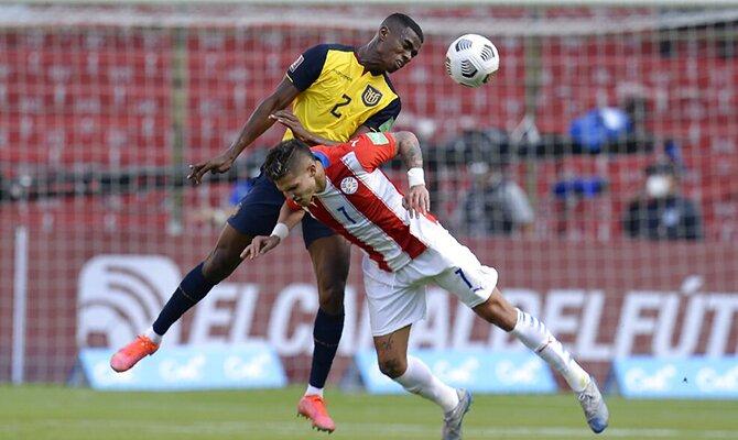 Félix Torres lucha por el balón con Luis Amarilla. Apuestas, Paraguay vs Colombia.