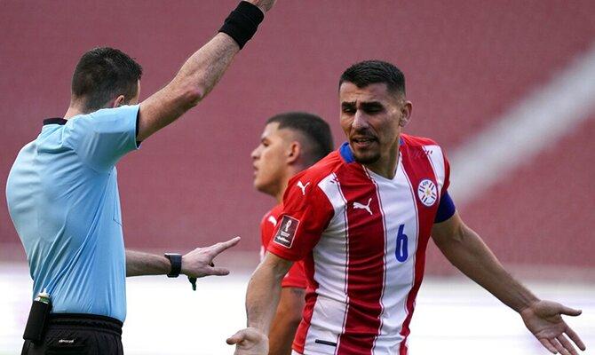 Junior Alonso es amonestado por el colegiado en un partido. Apuestas y cuotas Paraguay vs Venezuela