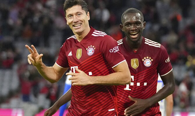 Robert Lewandowski enseñando 3 dedos tras marcar un triplete. Apuestas RB Leipzig vs Bayern Múnich.
