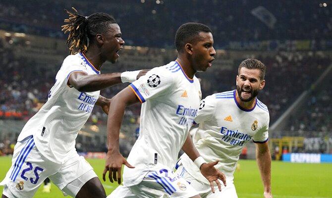 Rodrygo, Camavinga y Nacho celebrando un gol del Real Madrid. Apuestas, Real Madrid vs Villarreal.