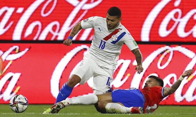 Juan Escobar lucha por el balón con Sebastián Vegas. Apuestas y cuotas, Bolivia vs Paraguay.