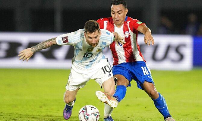 Un jugador de Paraguay pelea con Leo Messi por un balón. Apuestas y cuotas, Chile vs Paraguay.