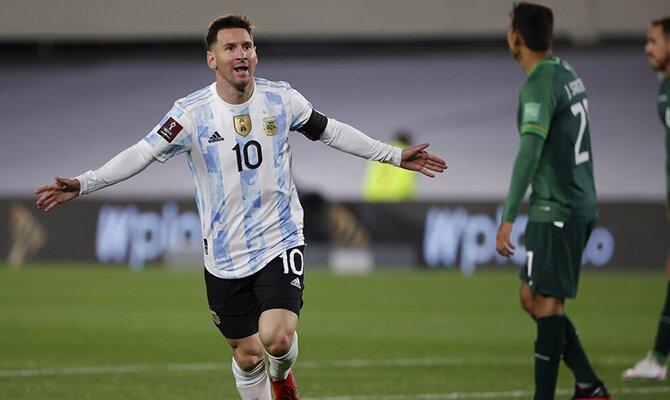 Leo Messi celebrando uno de sus goles ante Bolivia. Apuestas y cuotas, Paraguay vs Argentina.